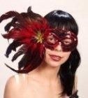 rote Maske mit Federn